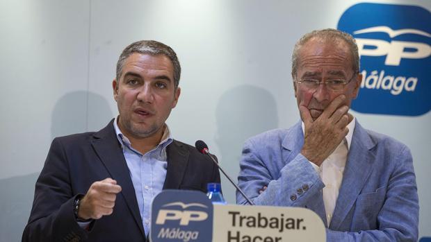 De la Torre, a la derecha, junto al presidente provincial del PP en Málaga, Elías Bendodo
