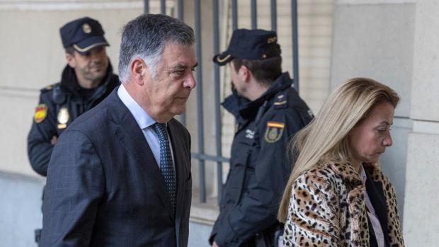 El exconsejero de Empleo José Antonio Viera a su llegada a la Audiencia de Sevilla