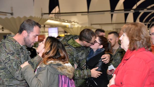 Militares de la BRI X despidiéndose de familiares y parejas