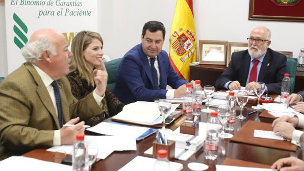 Juanma Moreno durante la reunión que mantuvo este martes con el Consejo Andaluz de Colegios de Médicos