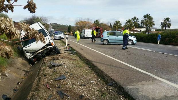 Imagen, ayer, de los dos vehículos involucrados en el siniestro mortal que se produjo en la A-304