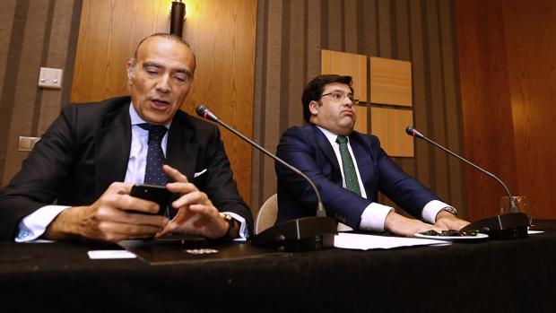 Luis Oliver mira el móvil y Jesús León resopla antes de la rueda de prensa