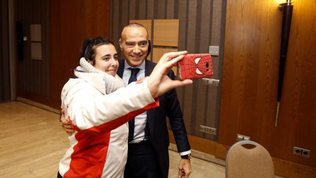 Luis Oliver se fotografía con una aficionada al acabar la rueda de prensa