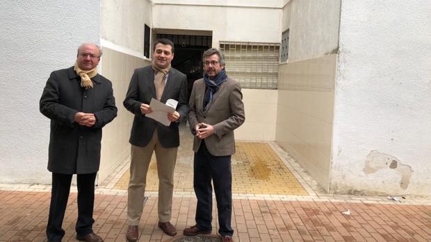 Martín, Bellido y Torrico en una de las viviendas que esperan ascensor