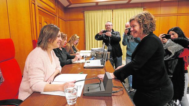 La alcaldesa charla con la edil de Hacienda, Alba Doblas