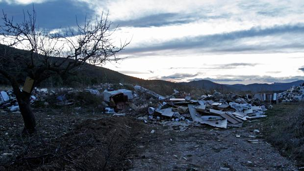 Imagen de residuos depositados en una escombrera ilegal