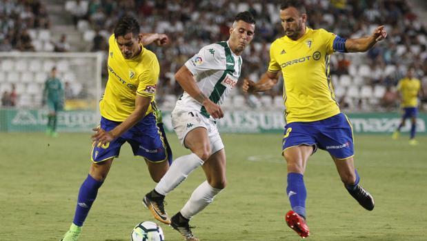 Sergio Aguza disputa la posesión del esférico en el Córdoba CF-Cádiz CF
