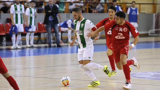 Manu Leal se marcha de dos rivales en el partido de la primera vuelta ante el Puertollano