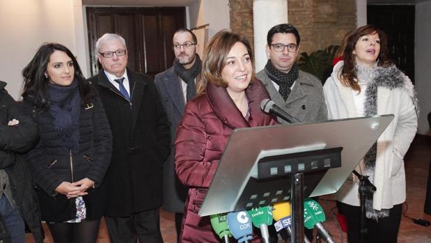 La alcaldesa de Córdoba, Isabel Ambrosio, con parte de su equipo de Gobierno