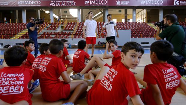 Bebe (centro), uno de los cordobeses citados por España, da una charla en su campus este verano
