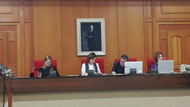 La alcaldesa observa documentación durante el Pleno de hoy