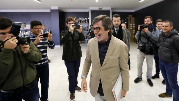Carlos González sonríe antes de la rueda de prensa del viernes, pese a la situación del club