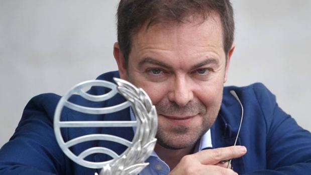 Javier Sierra posando con su Premio Planeta