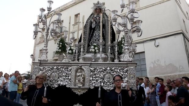 La cuadrilla de mujeres de la Virgen de la Soledad de Cádiz, durante el traslado