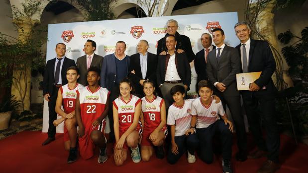 Autoridades y niños durante la presentación de la Copa Covap