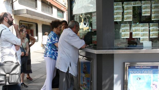 Un puesto de lotería vendiendo cupones
