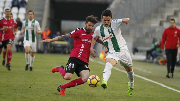 Sasa Jovanovic intenta marcharse de Chus Herrero durante el partido ante el Albacete