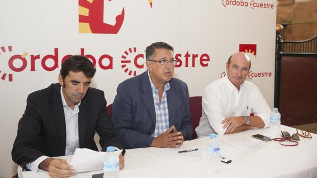 El presidente de Córdoba Ecuestre (en el centro), con miembros de la directiva en una rueda de prensa