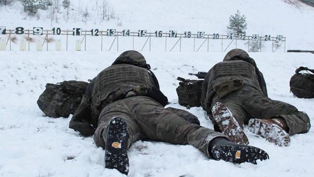 Dos militares realizan prácticas de tiro en la base de Adazi