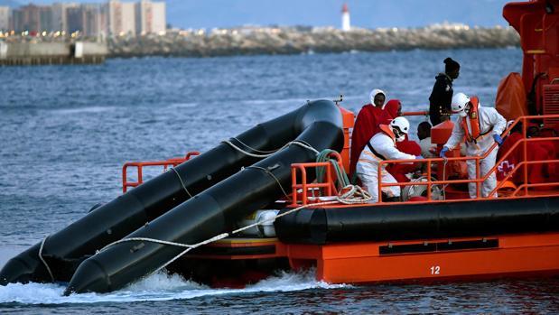 Miembros de Salvamento Marítimo en pleno rescate de una embarcación