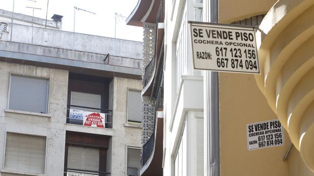 Carteles de «se vende» en los balcones de las viviendas