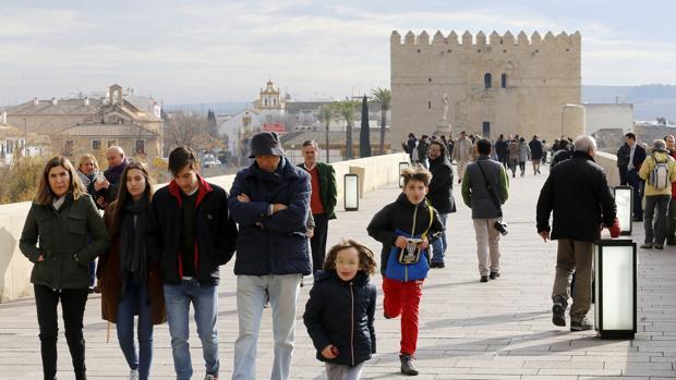 Turistas en el Puente Romano de Córdoba