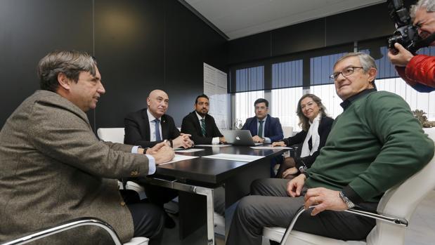 Manolo Garrido, a la derecha, en el Consejo de Administración del Córdoba CF