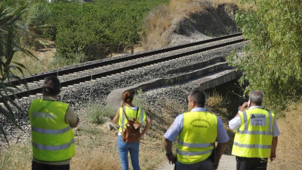 Operarios de Adif controlando las vías donde supuestamente murió Lucía Vivar