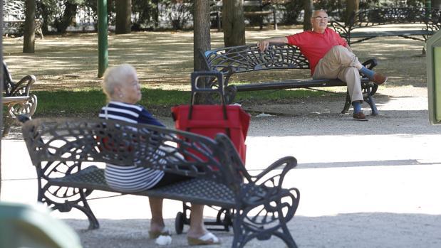 Dos personas mayores en un parque de Córdoba