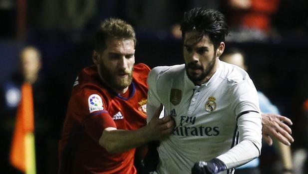 Fausto Tienza persigue a Isco con la camiseta de Osasuna