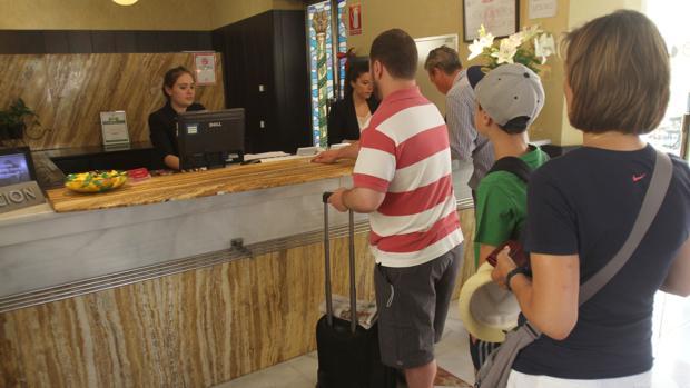 Trabajadoras de un céntrico hotel de la ciudad de Córdoba atienden a clientes