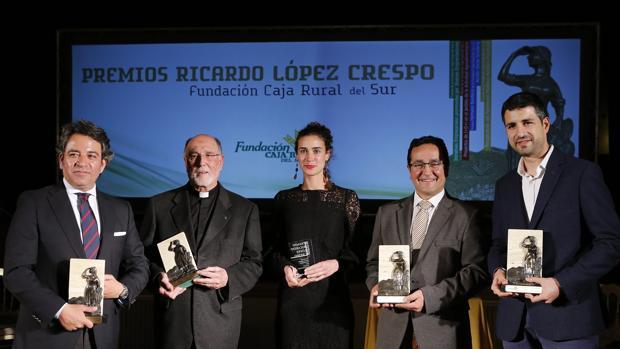 Los galardonados posan con los premios Ricardo López Crespo en sus manos