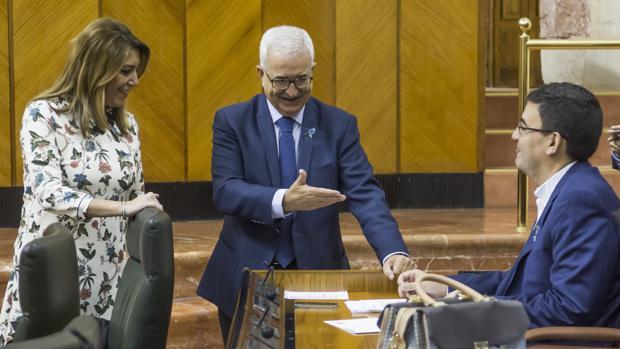 La presidenta andaluza, Susana Díaz, conversa con el vicepresidente, Manuel Jiménez Barrios, y Mario Jiménez