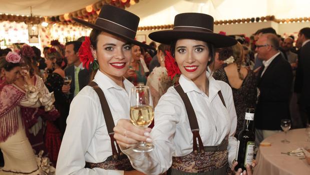 Dos azafatas en una caseta de la Feria de Córdoba