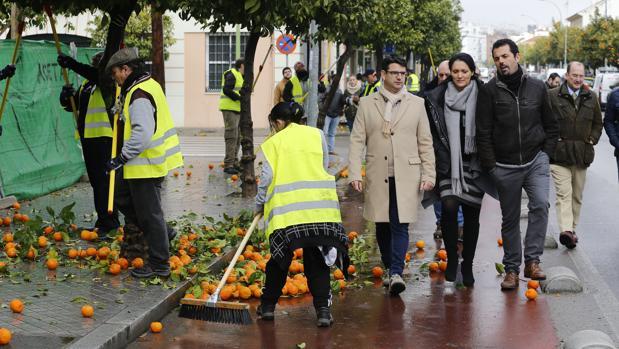 El presidente de Sadeco [con abrigo], Pedro García (IU), en la presentación de la recogida de la naranja