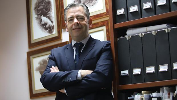 El abogado cordobés Antonio Domínguez en su despacho