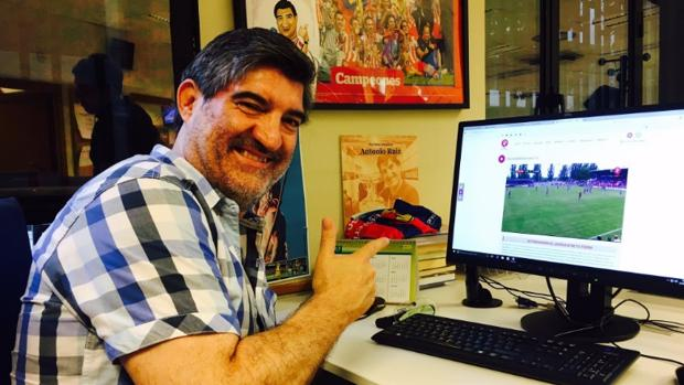Antonio Ruiz sigue un partido del Bajadoz desde la redacción