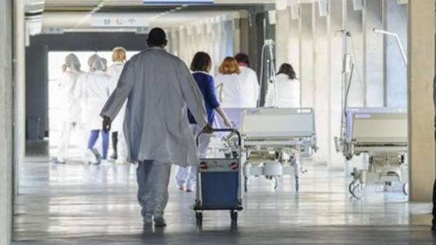 Sanitarios en los pasillos de un hospital
