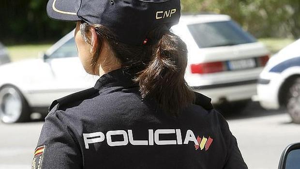 Una agente de la Policía Nacional