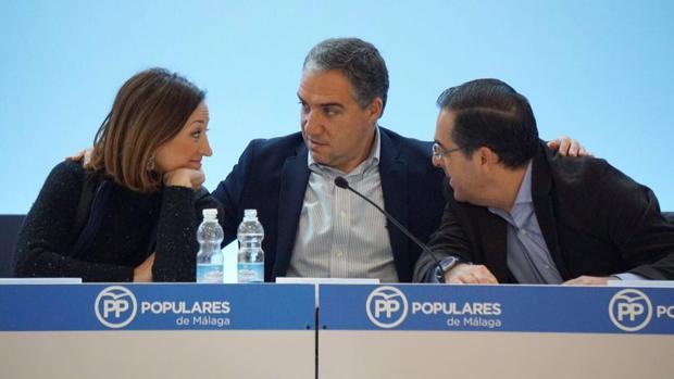 Elías Bendodo, flanqueado por Patricia Navarro y Miguel Briones en la junta directiva del PP de Málaga de hoy domingo