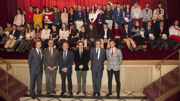 Los premiados en el I Torneo Internacional de Esgrima Fencing Weekends posan junto a las autoridades
