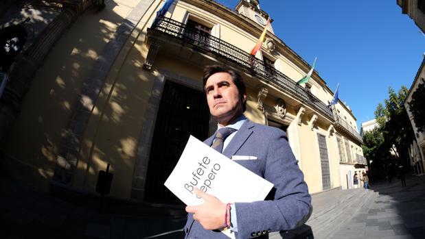El abogado José Cepero, a las puertas del Ayuntamiento de Jerez