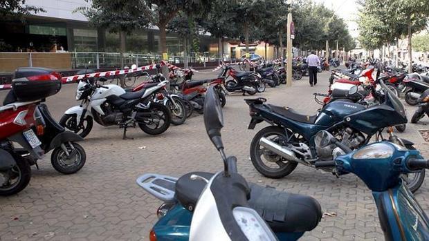 Decenas de motos aparcadas en Sevilla