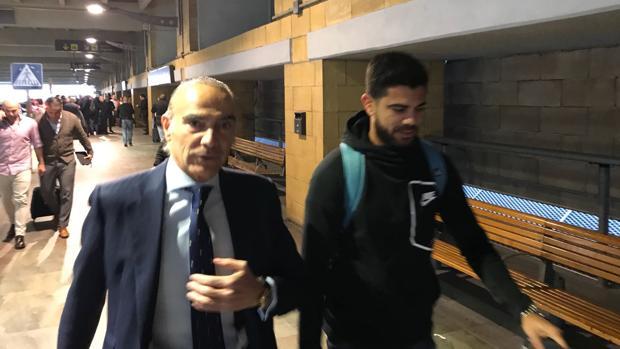Aythami Artiles, este martes junto a Luis Oliver en el aeropuerto de Sevilla