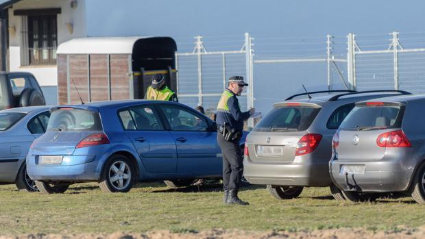PolicÍas locales multan a vehÍculos mal estacionados el pasado fin de semana en El Rocío