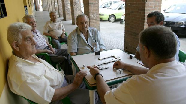 Un grupo de mayores jugando al dominó