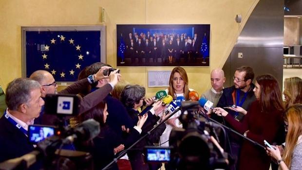 Susana Díaz atiende a los periodistas en Bruselas en un viaje oficial