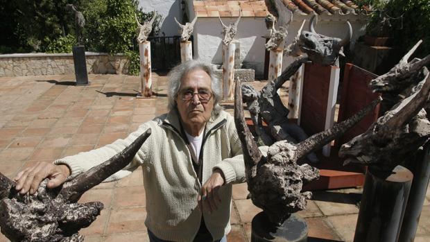 Aurelio Teno con algunas de sus esculturas