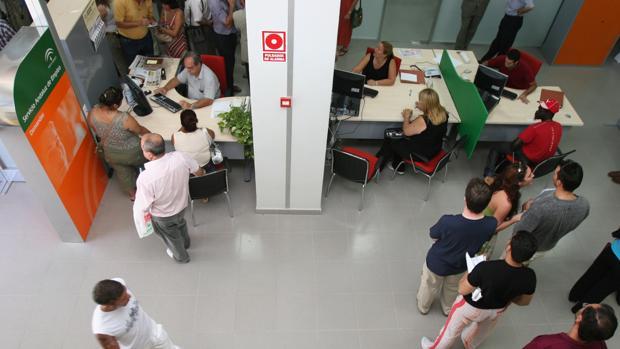Funcionarios en una oficina del Servicio Andaluz de Empleo de Málaga