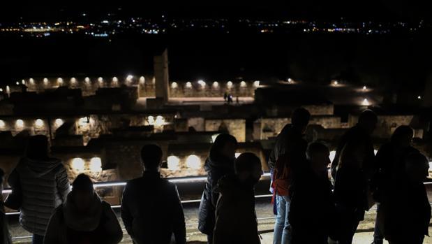Visintantes a Medna Azahara en uno de los recorridos nocturnos de prueba en Navidad